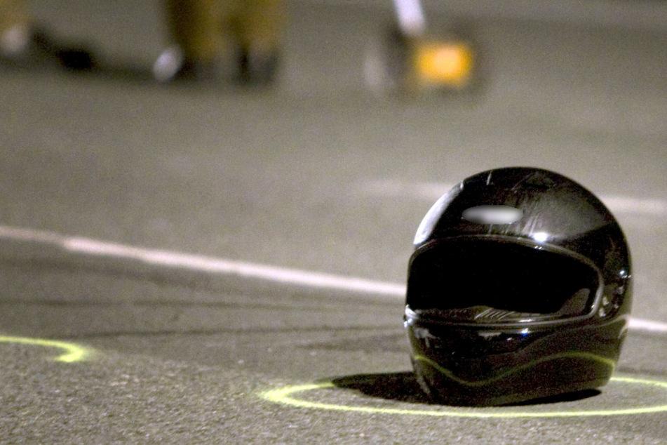 Motorrad stößt frontal mit Auto zusammen: Zwei Menschen bei Unfall verletzt