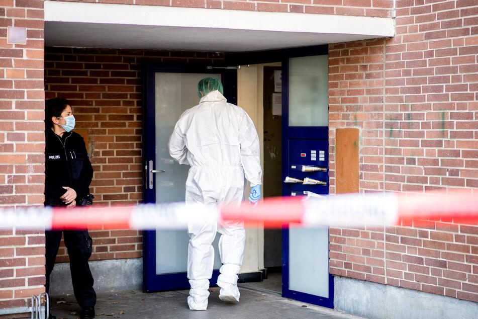 Ein Ermittler der Spurensicherung betritt das Mehrfamilienhaus in dem die 28 Jahre alte Frau mit einem Messer tödlich verletzt wurde.