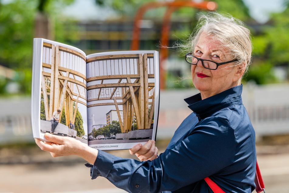 """Ein Bild der Vergangenheit: Ulrike Brummert zeigt ein Foto des """"Wandelganges""""."""