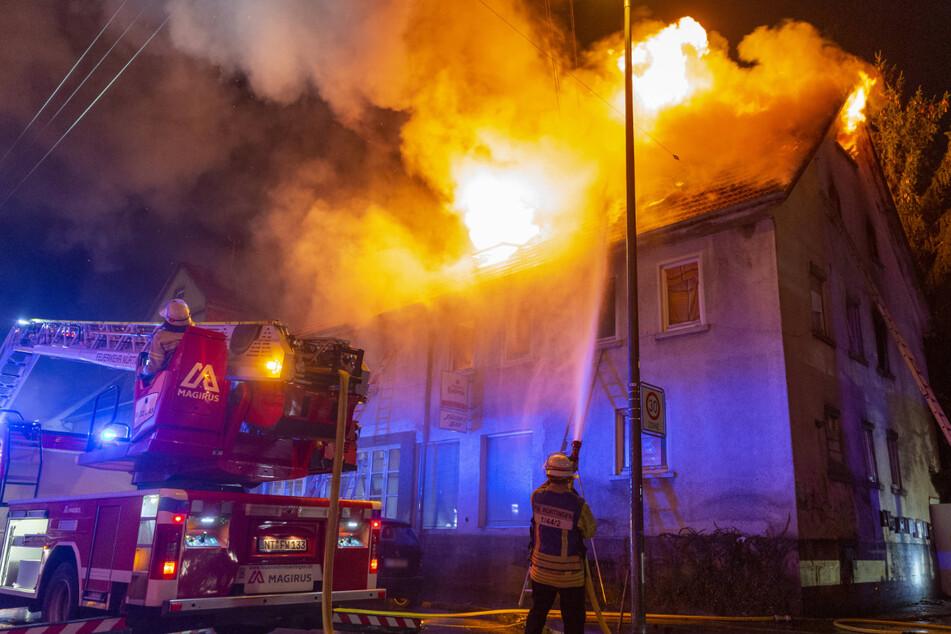 Die Einsatzstelle in der Nacht auf Montag: Feuerwehrleute im Kampf gegen die Flammen.