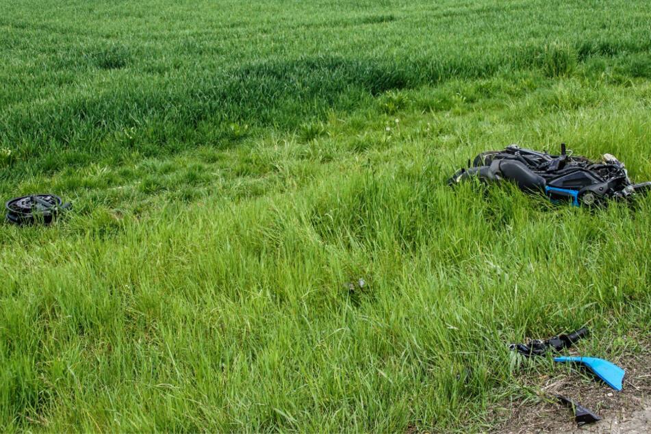 Das Motorrad wurde samt Fahrer 60 Meter weiter ins Grüne geschleudert.