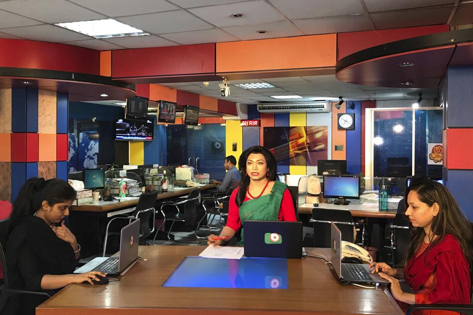Shishir, die zuvor als Rechtsaktivistin und Schauspielerin gearbeitet hat, gab ihr Debüt, indem sie eine dreiminütige tägliche Nachrichtensendung des in Dhaka ansässigen Senders Boishakhi TV verlas.