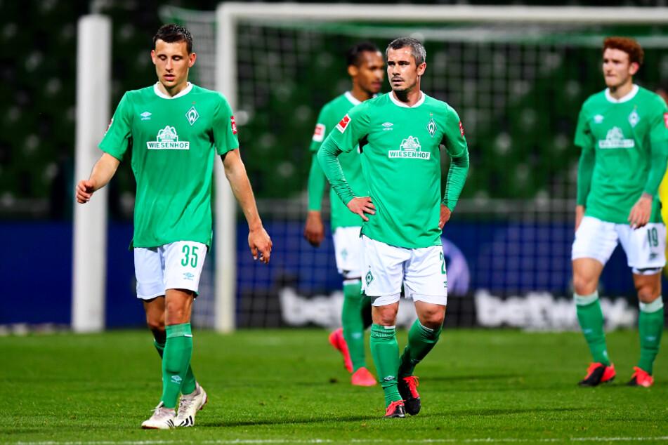 Diese Gesichter sprechen Bände: Die Spieler des SV Werder Bremen waren nach dem 1:4 am Montagabend sichtlich bedient.