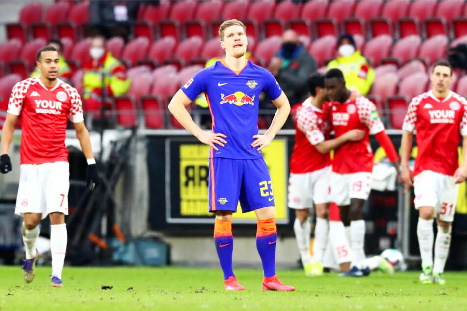 Konnte es nicht fassen: Marcel Halstenberg (vorne) verlor mit RB Leipzig bei Kellerkind Mainz!