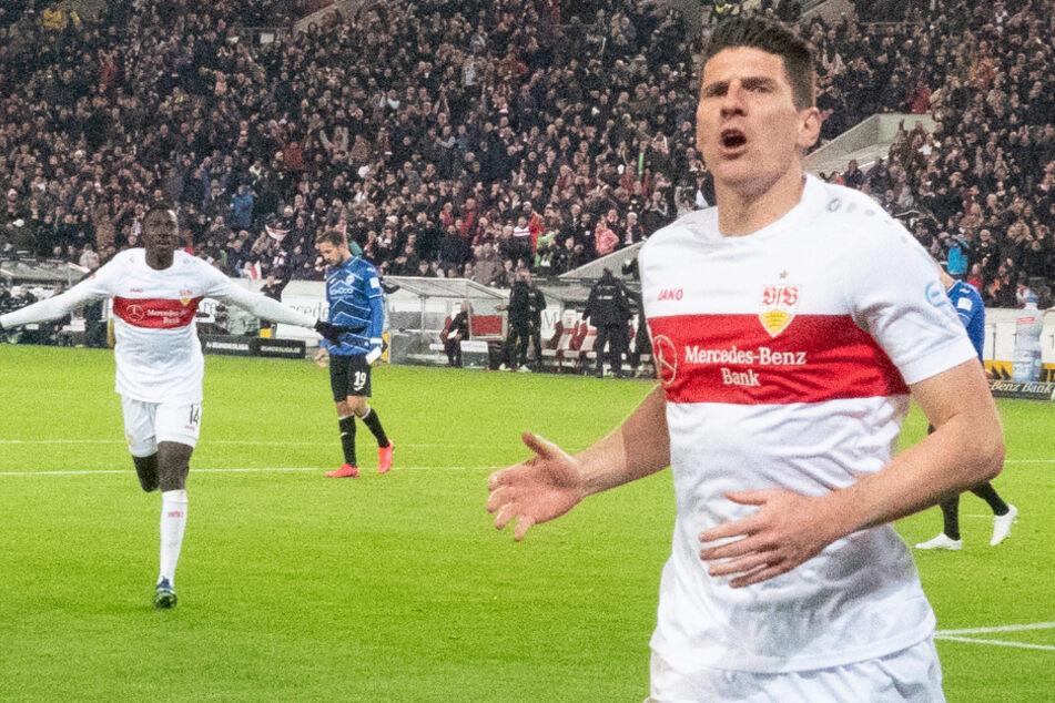 Mario Gomez (34) bejubelt beim Remis gegen Arminia Bielefeld sein Tor. © Gregor Bauernfeind/dpa