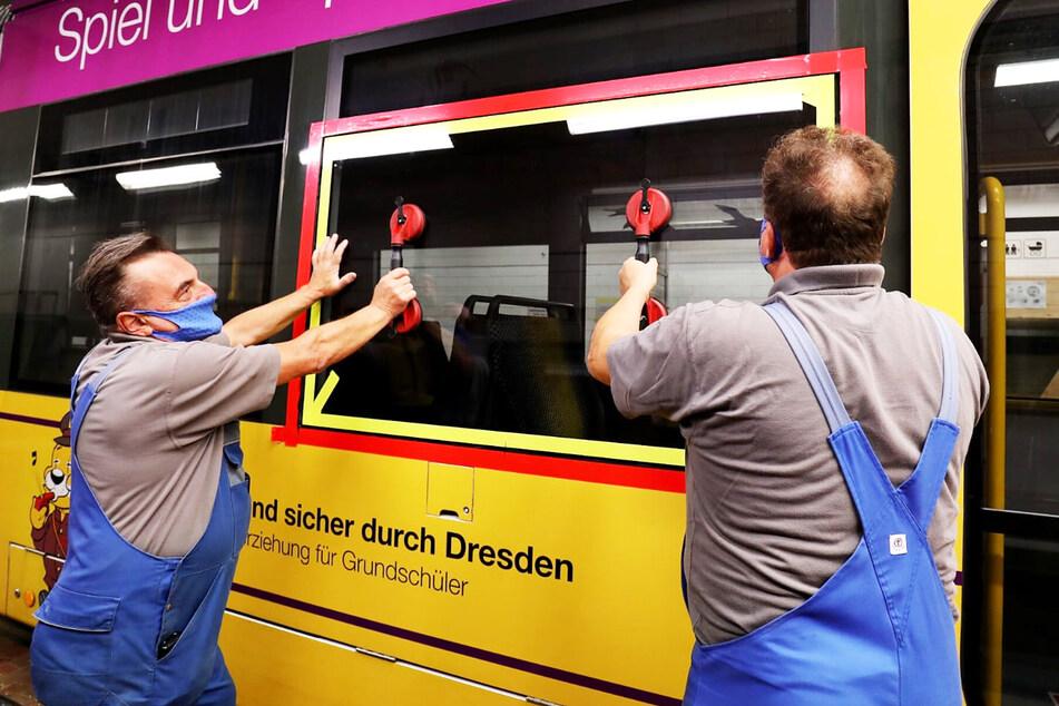 Thomas Grimm (l., 61) und Holger Wenzel (54) hatten alle Hände voll zu tun. Scheiben an fünf Verkehrsmitteln der DVB mussten die beiden Handwerker schnell reparieren.