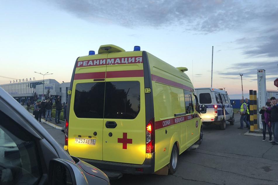 Nach Angaben seiner Sprecherin ist er in einem Krankenwagen zum Flughafen in der sibirischen Großstadt Omsk gebracht worden und wurde später nach Berlin geflogen.