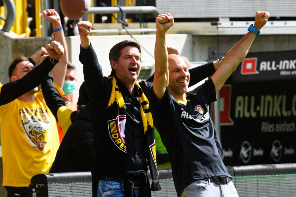 Das passte einfach: Dynamos Sportchef Ralf Becker (50, 2.v.r.) holte vor gut drei Wochen Alexander Schmidt (52, r.) als neuen Trainer - am Sonntag bejubelten beide gemeinsam den Aufstieg.