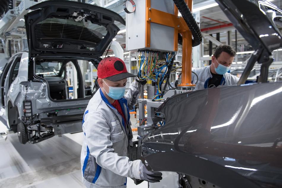 Unmöglich: Wer seine Arbeit nicht mit nach Hause nehmen kann, wie etwa die Monteure im VW-Werk Zwickau, kann das tägliche Arbeiten im heimischen Wohnzimmer nicht einklagen.