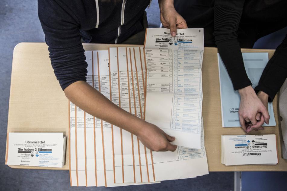 Wahlhelfer müssen am Wahltag die Stimmzettel sortieren und auswerten.