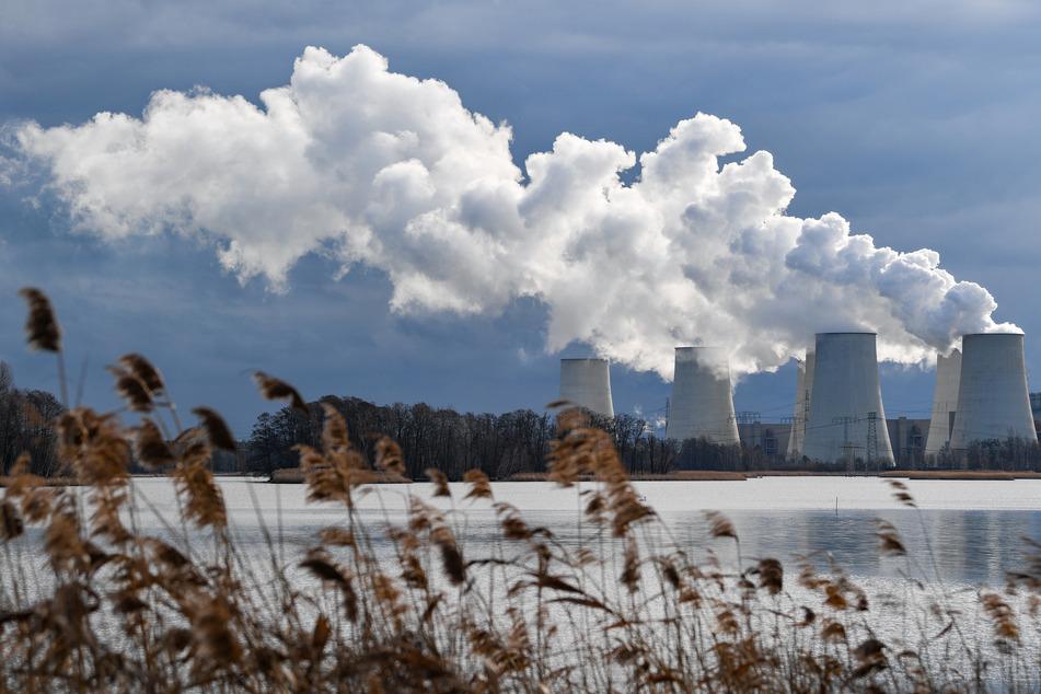Wasserdampf steigt aus den Kühltürmen eines Braunkohlekraftwerkes.