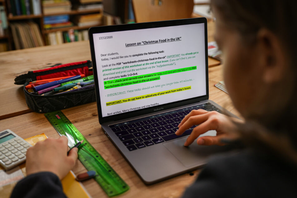 Ein Mädchen beim Homeschooling. (Symbolbild)