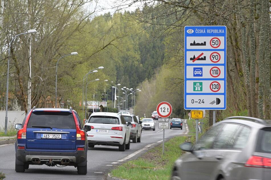 """Am Übergang Klingenthal war am Freitag schon viel los im """"Kleinen Grenzverkehr""""."""