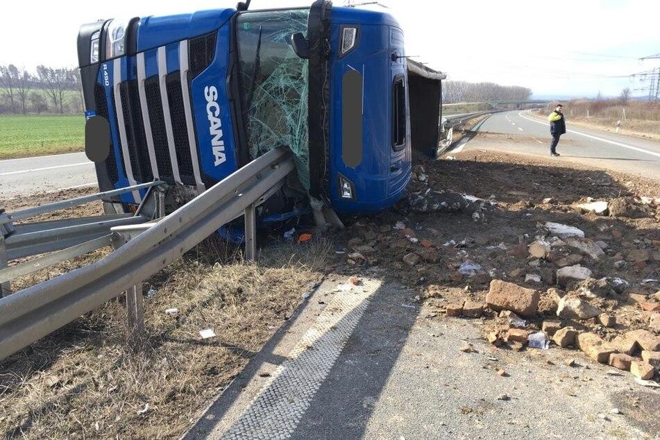 Reifen von Laster geplatzt: Fahrerseite kracht komplett in Leitplanke