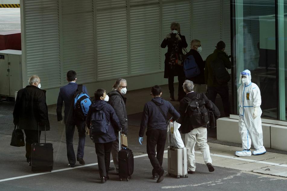 Mitglieder eines Teams der Weltgesundheitsorganisation (WHO) kommen am Flughafen in Wuhan an. Das globale Forscherteam soll eine Untersuchung über den Ursprung des Coronavirus durchzuführen.
