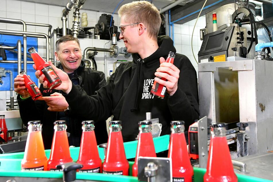 Bei der Produktion erhält Felix Erdmann (28, r.) Unterstützung von Heide-Chef Tino Walcha (52).
