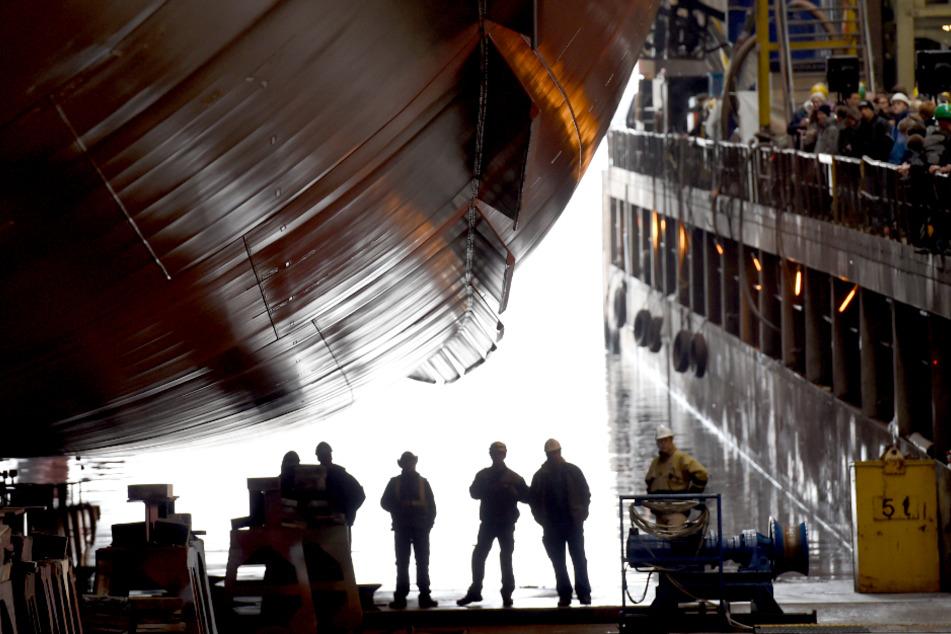 Eine Fähre liegt bei der Flensburger Schiffbaugesellschaft (FSG) zum Stapellauf bereit.