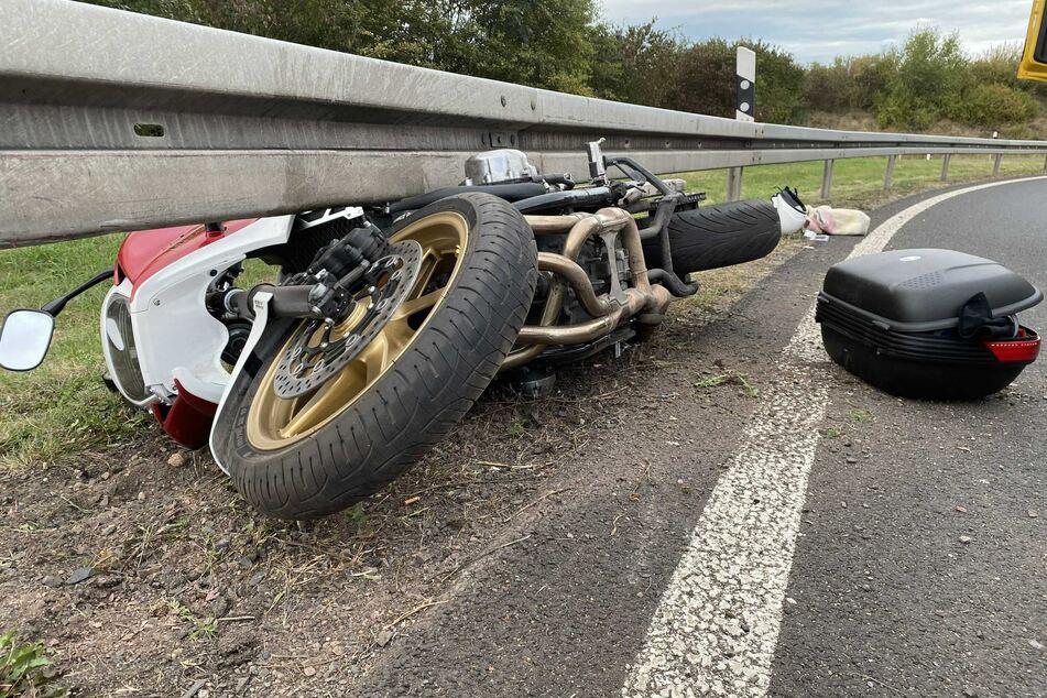 Das Motorrad verkeilte sich unter der Leitplanke.