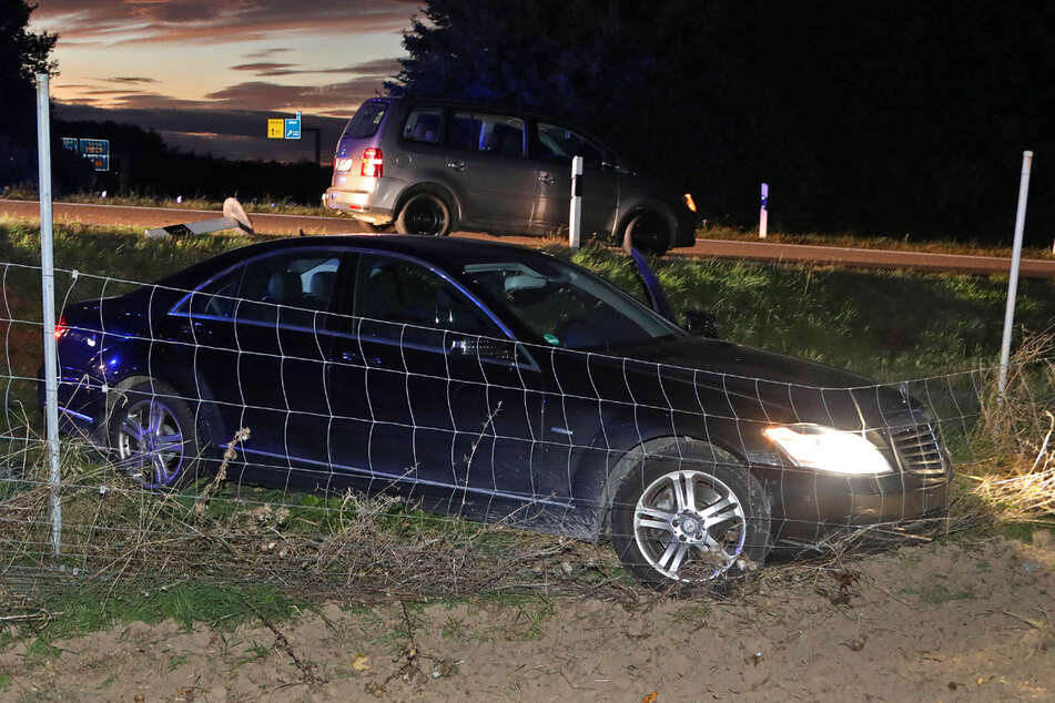 Der Mercedesfahrer fuhr mit zu schnellem Tempo auf die Autobahnabfahrt und verlor die Spur. In einem Wildschutzzaun kam er dann zum Stehen.