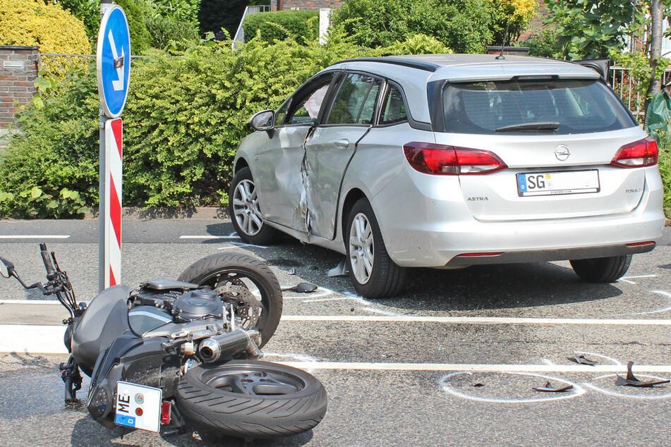 Der silberfarbene Opel hat einen Motorradfahrer erfasst. Der Biker wurde bei dem Unfall schwerst verletzt.