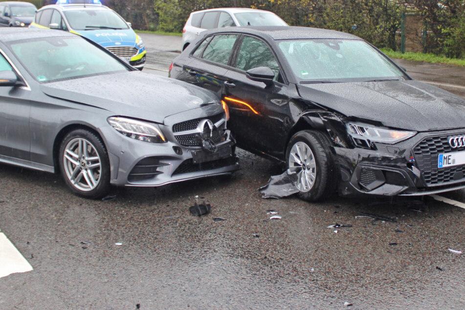 Mercedes rammt Audi von der Straße: Verletzte verweigern den Krankentransport
