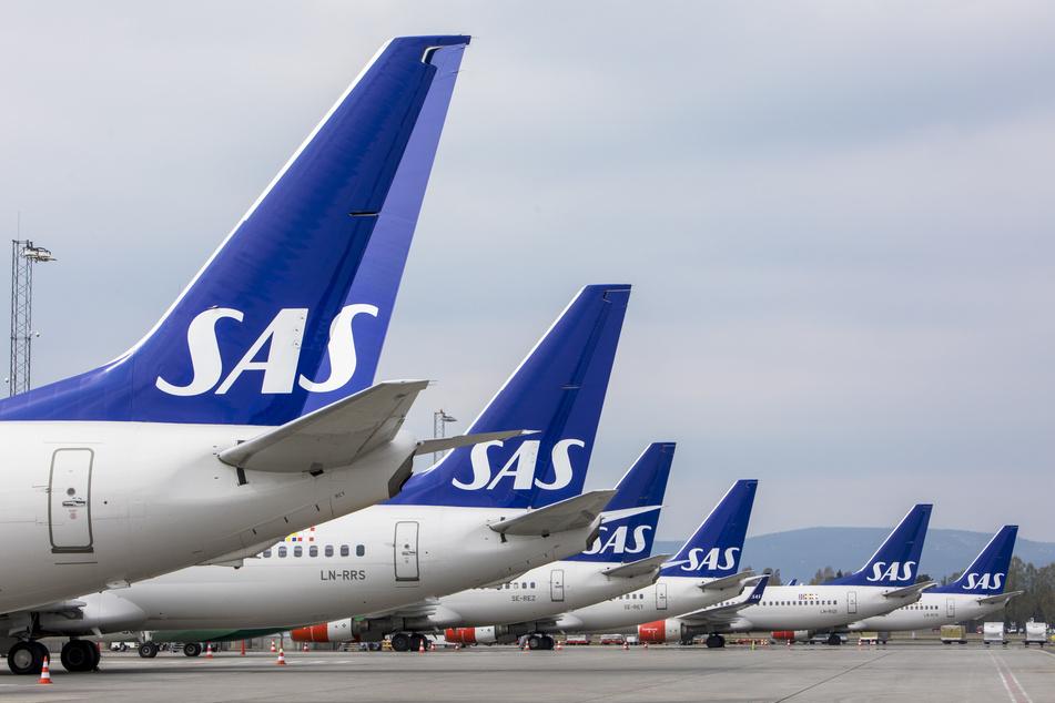 Flugzeuge der skandinavischen Fluggesellschaft SAS stehen am Terminal des Flughafens Gardermoen in Norwegen.