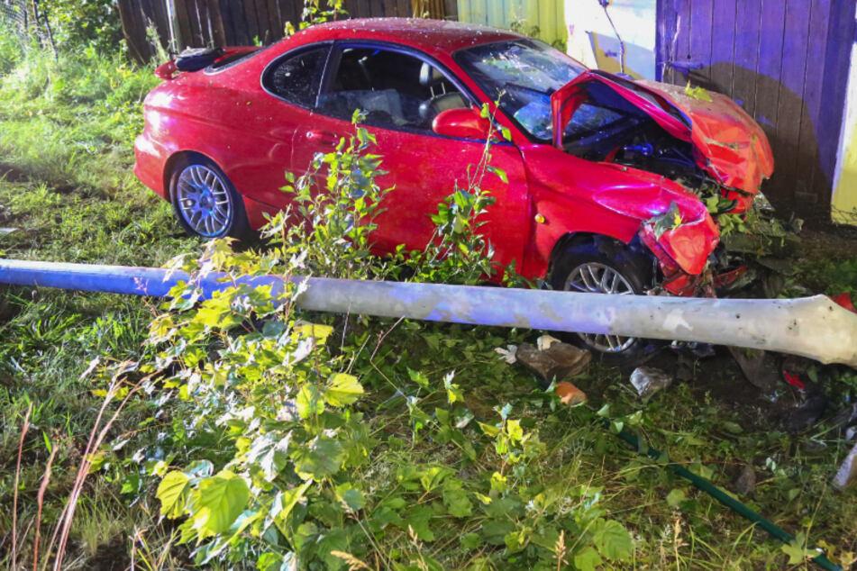 Ein Hyundai-Fahrer kam am späten Mittwochabend von der B171 ab, fällte einen Lichtmast und krachte gegen ein Haus.