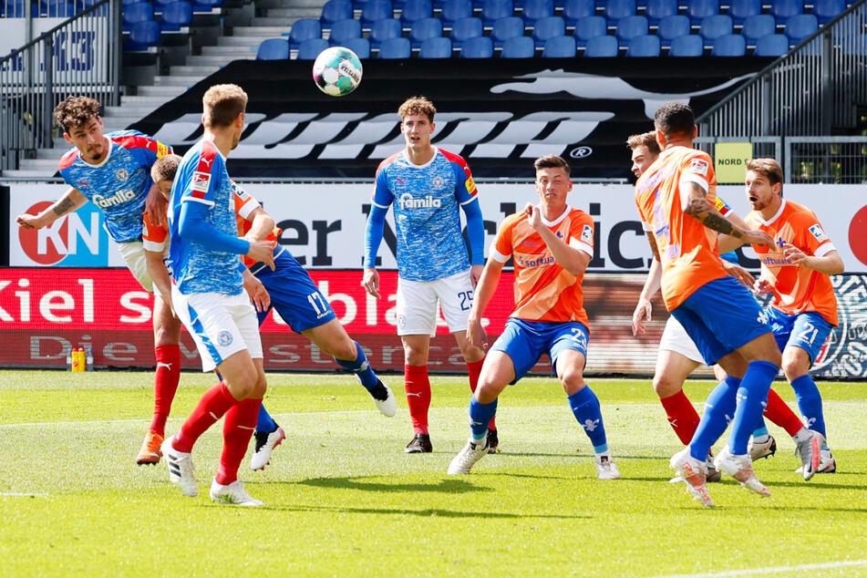 Janni Serra (23, l.) erzielte sein letztes Tor für Holstein Kiel am 34. Spieltag gegen den SV Darmstadt 98, als er zur zwischenzeitlichen 1:0-Führung für die KSV einköpfte.
