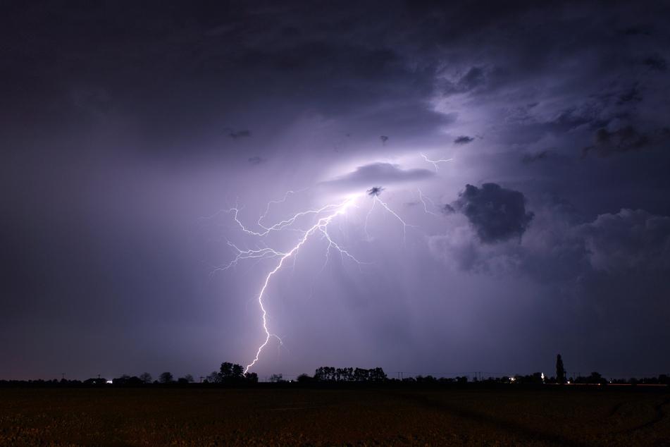 Ein heftiges Gewitter zieht über Sachsen (Symbolbild)!