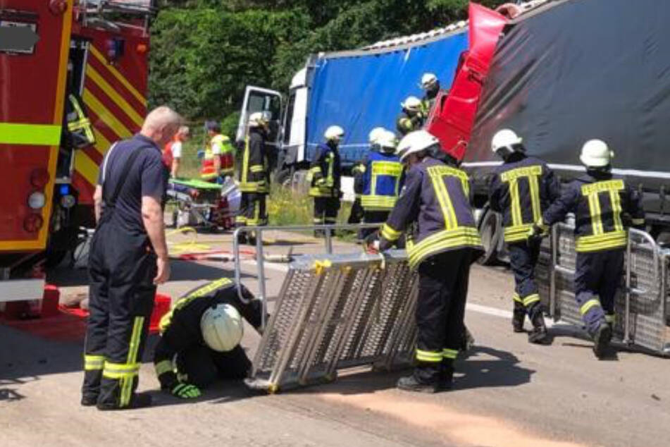 Wegen Staus auf A2: Lastwagen krachen ineinander, Fahrer wird eingeklemmt