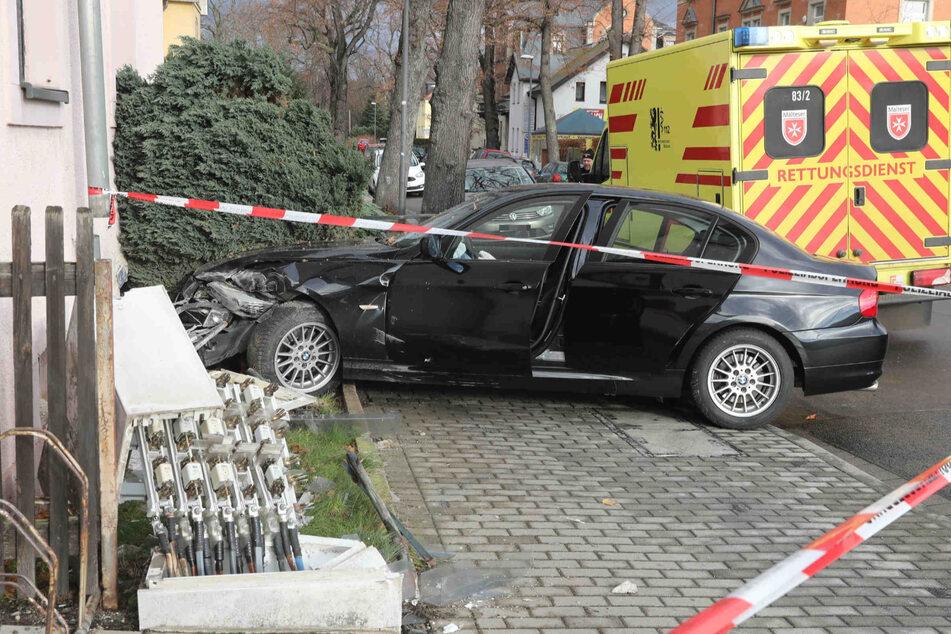 Dresden: BMW-Fahrer verliert Kontrolle über sein Auto und kracht in Wohnhaus