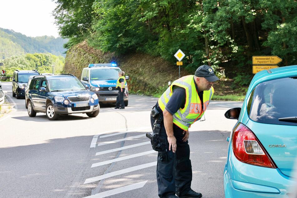 Wer nicht unbedingt in die Sächsische Schweiz musste, wurde am Sonntag von der Polizei wieder heimgeschickt. Hier Kontrollen auf der B172 zwischen Königstein und Bad Schandau.