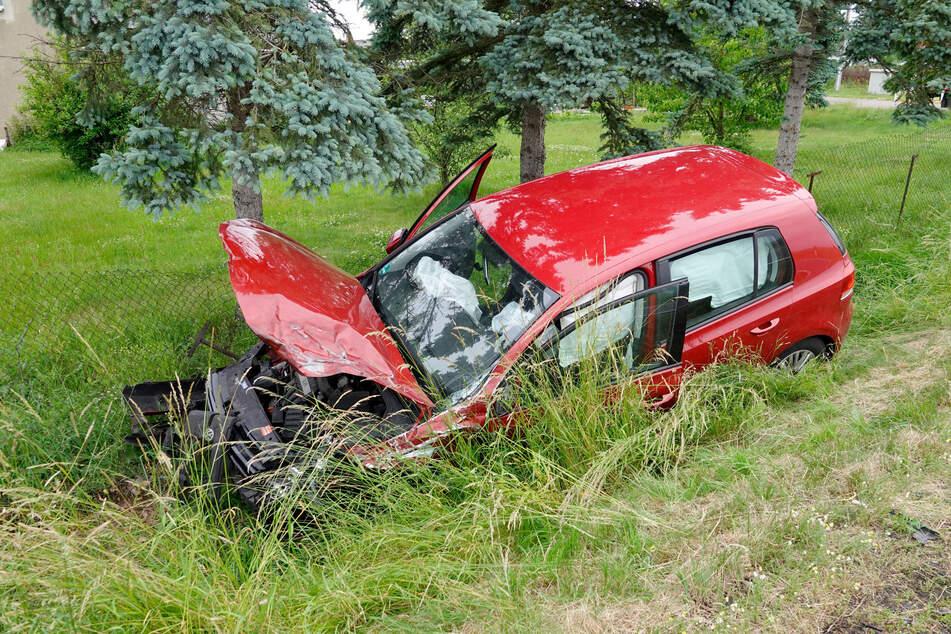 Totalschaden! Der VW landete im Straßengraben.