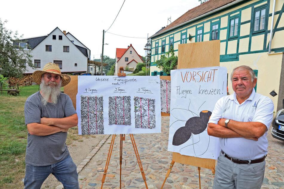 Berthold Grenz (55, l.) und Matthias Joram (70) zeigen die Fliegen-Ausbeute von vier Tagen.