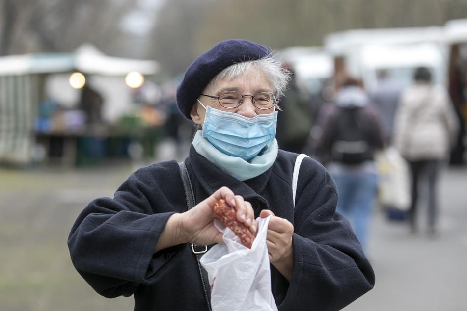 Besucherin Hannelore Grahl (73) freut sich über ihren Einkauf und findet auch die Streifen in Ordnung.