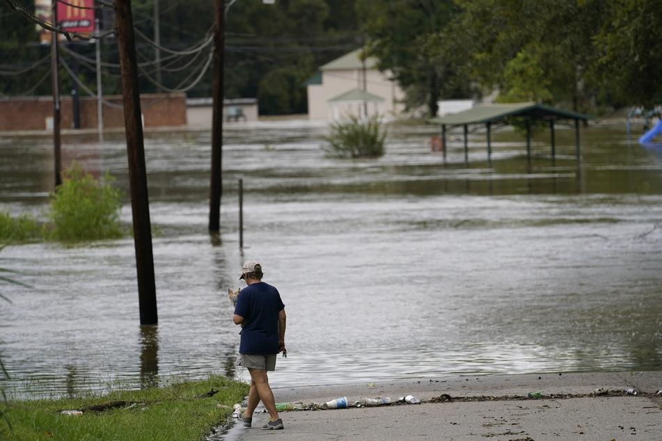"""Hochwasser in Pensacola. Eine Straße ist überflutet, nachdem Hurrikan """"Sally"""" die Küste getroffen hat."""