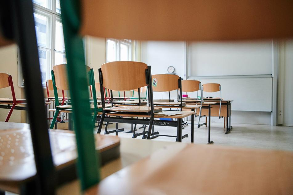In einem Klassenzimmer des John-Lennon-Gymnasiums in Prenzlauer Berg stehen im Januar 2021 die Stühle auf den Tischen.