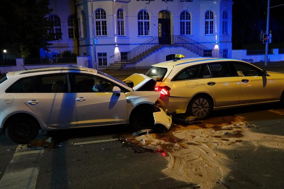 Endstation Mercedes-Taxi: Die Frau war mit ihrem Seat ungebremst in den haltenden Wagen gerast.