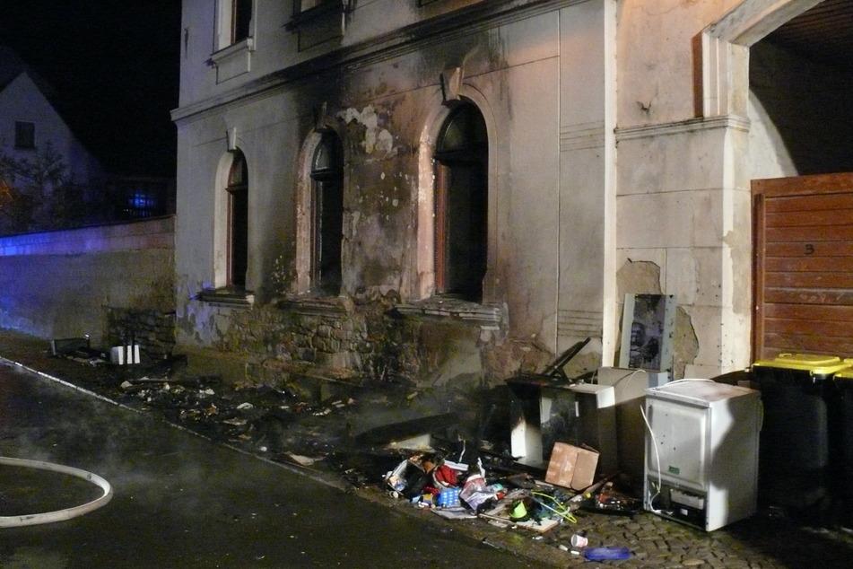 Die Bewohner der Erdgeschosswohnung konnten nach Abschluss der Löscharbeiten nicht in ihre Wohnung zurück. Die Frau (29) und die beiden Kinder (4 und 7) kamen bei Freunden unter.