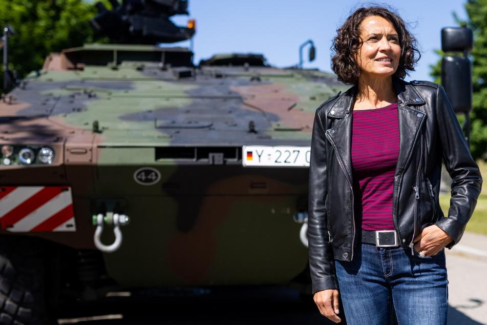 Müllheim: Schauspielerin Ulrike Folkerts (60) während der Dreharbeiten vor einem gepanzerten Transportkraftfahrzeug GTK Boxer.