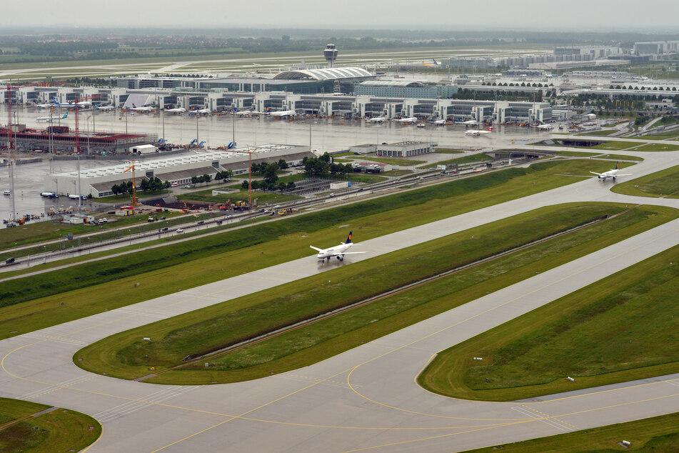 Ein Flugzeug fährt zu einer Startbahn am Flughafen München. (Archivbild)