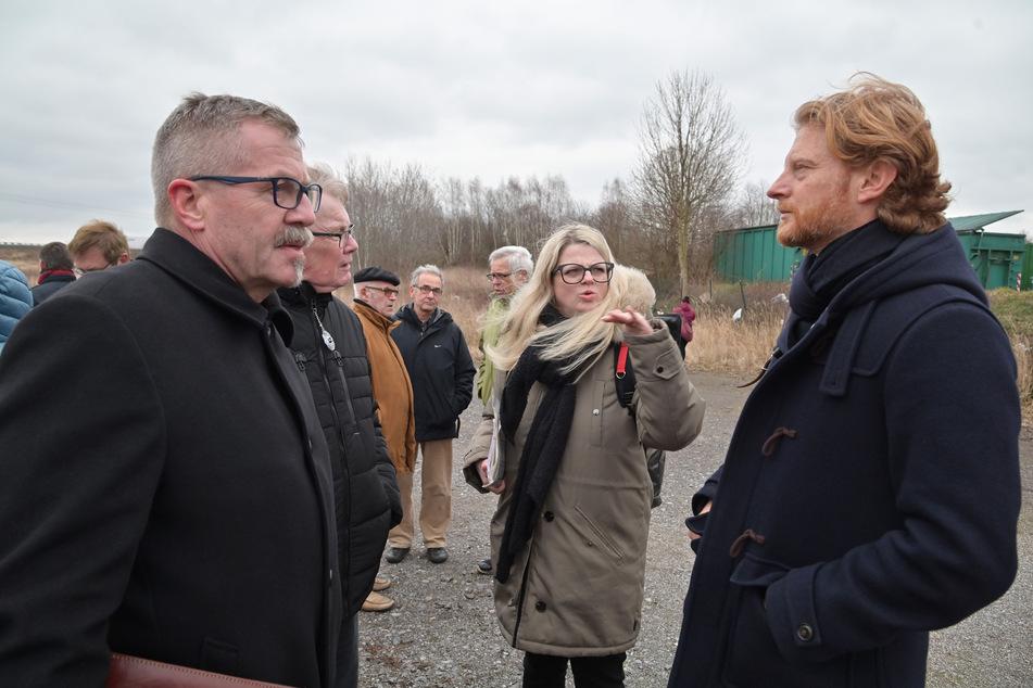 Die Bürgermeister Miko Runkel (58, l.) und Michael Stötzer (47) sowie OB-Kandidatin Susanne Schaper (42, Linke) sprachen mit Bürgern über das geplante Holzheizkraftwerk.