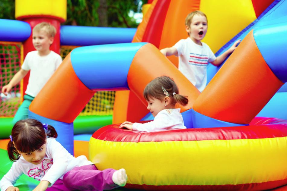 Kinder lieben sie: Hüpfburgen (Symbolbild).