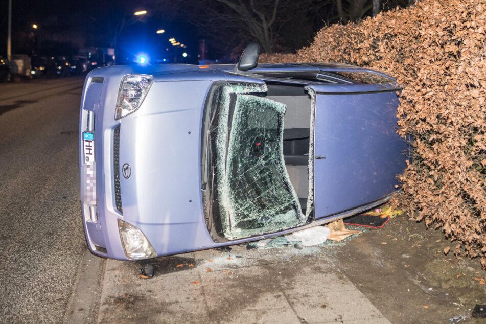 Der Unfallwagen liegt am Straßenrand.