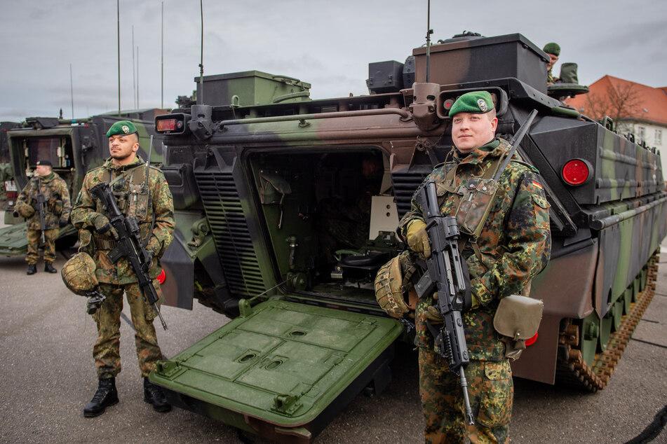 Panzergrenadiere der Brigade in voller Montur. Doch gegen das Virus nützen Sturmgewehr und Kettenfahrzeug bekanntlich wenig.