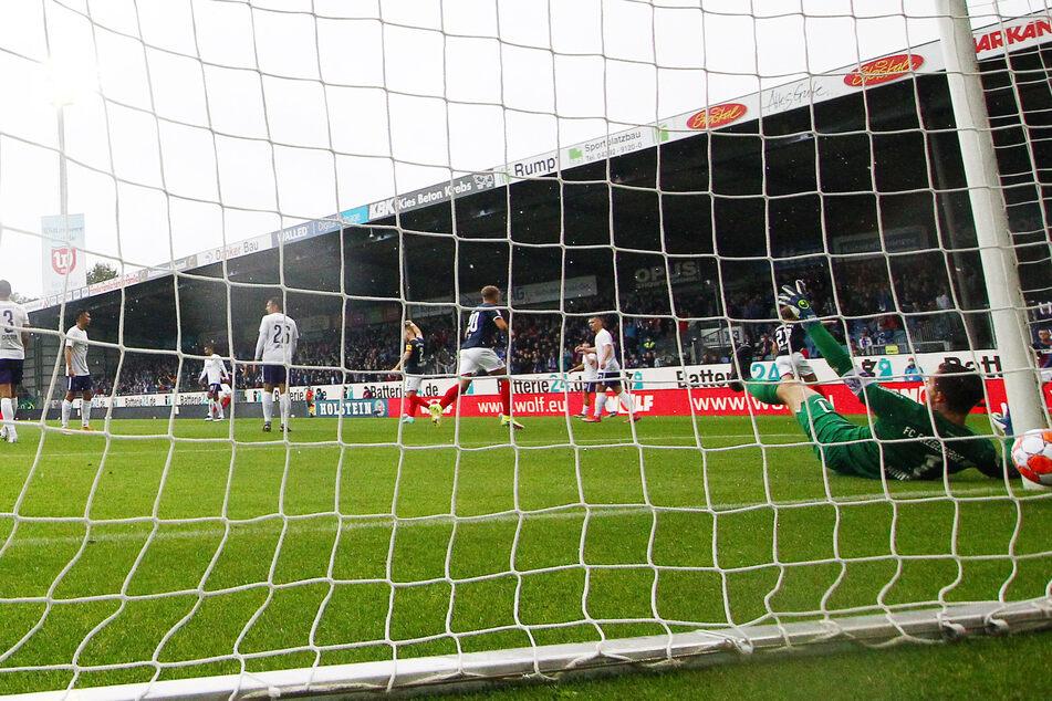 Nach 29 Minuten schoss der Kieler Finn Porath das 1:0. Aue-Keeper Martin Männel (am Boden) konnte den Treffer nicht verhindern.
