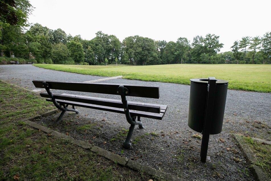 Auf einer Bank im Leutewitzer Park machte sich der 50-Jährige wohl untenrum frei.