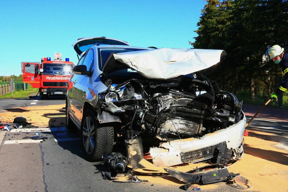 Stark zerstört steht der Volkswagen auf der Straße. Zuvor war er mit einem Kia zusammengestoßen.
