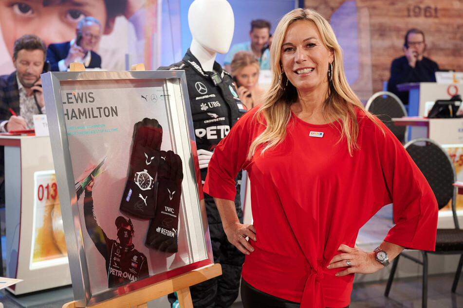 Moderatorin Birgit von Bentzel beim 25. RTL Spendenmarathon im Studio. Die signierten Handschuhe von Lewis Hamilton sind für mehr als 30.000 Euro versteigert worden.