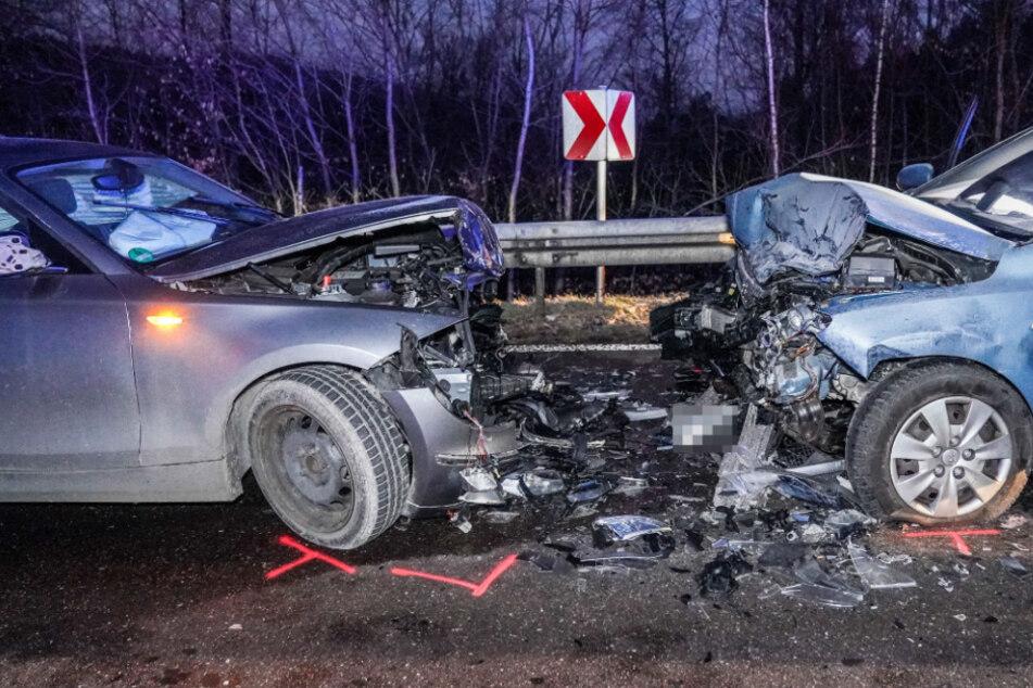 Heftiger Frontal-Crash: Mindestens eine Person verletzt